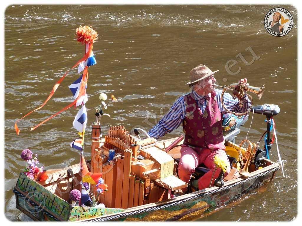 Amsterdam, joueur d'orgue de barbarie et de trompette sur les canaux