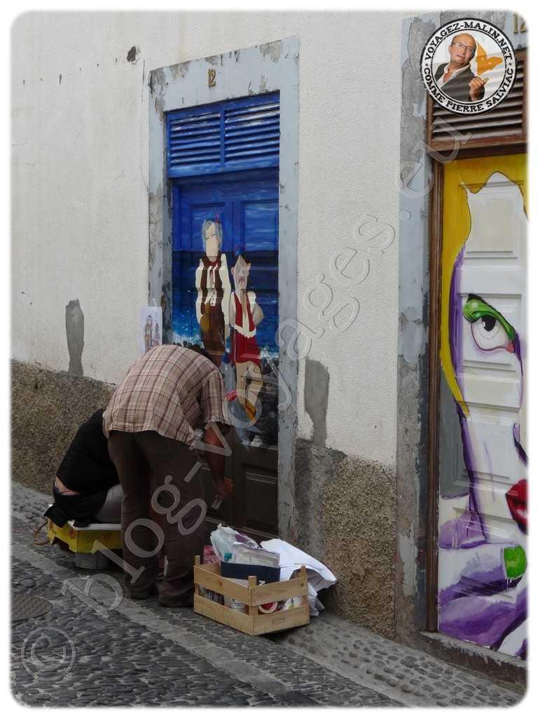 Artiste en train de peindre une porte