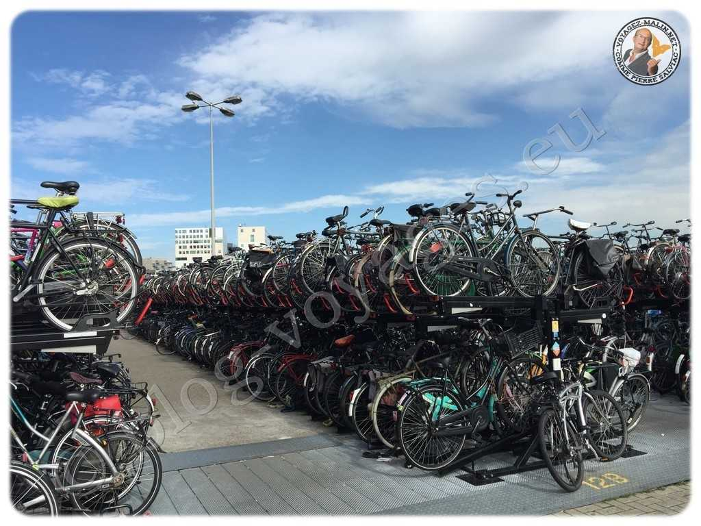 Garage à vélo à la sortie de la gare centrale Amsterdam