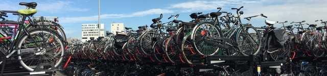Pays-Bas-Amsterdam Parc à vélo à la sortie de la gare-640x150