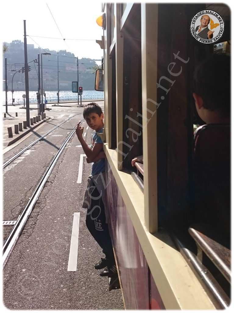 Garçon voyageant gratuitement sur le tram