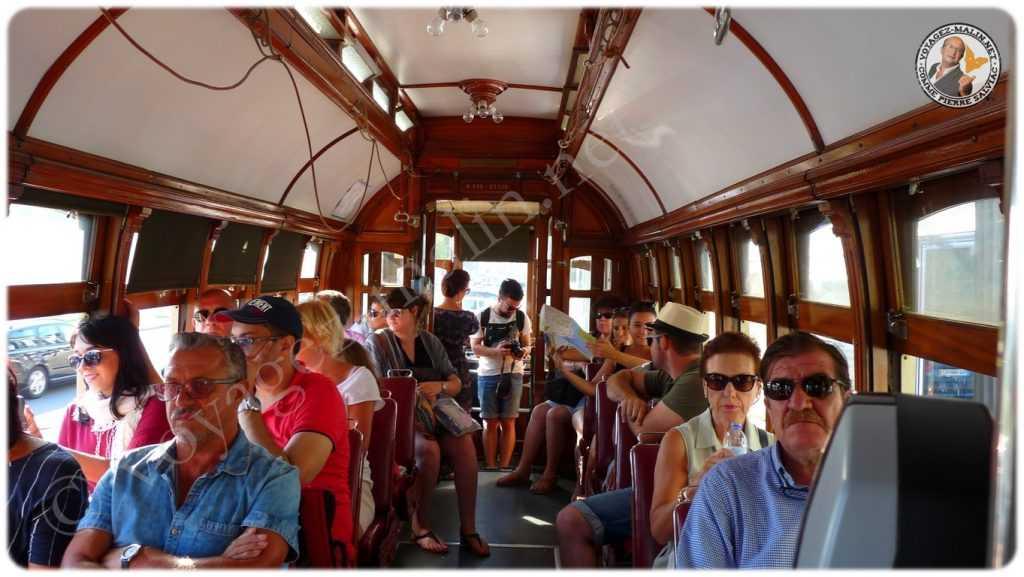Touristes dans le tramway 18