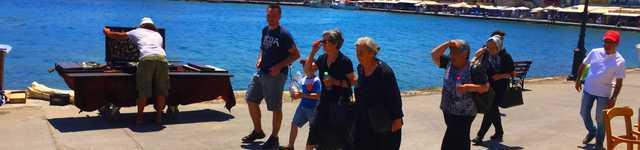Vieilles dames grecques de la Canée sur le port 640x150