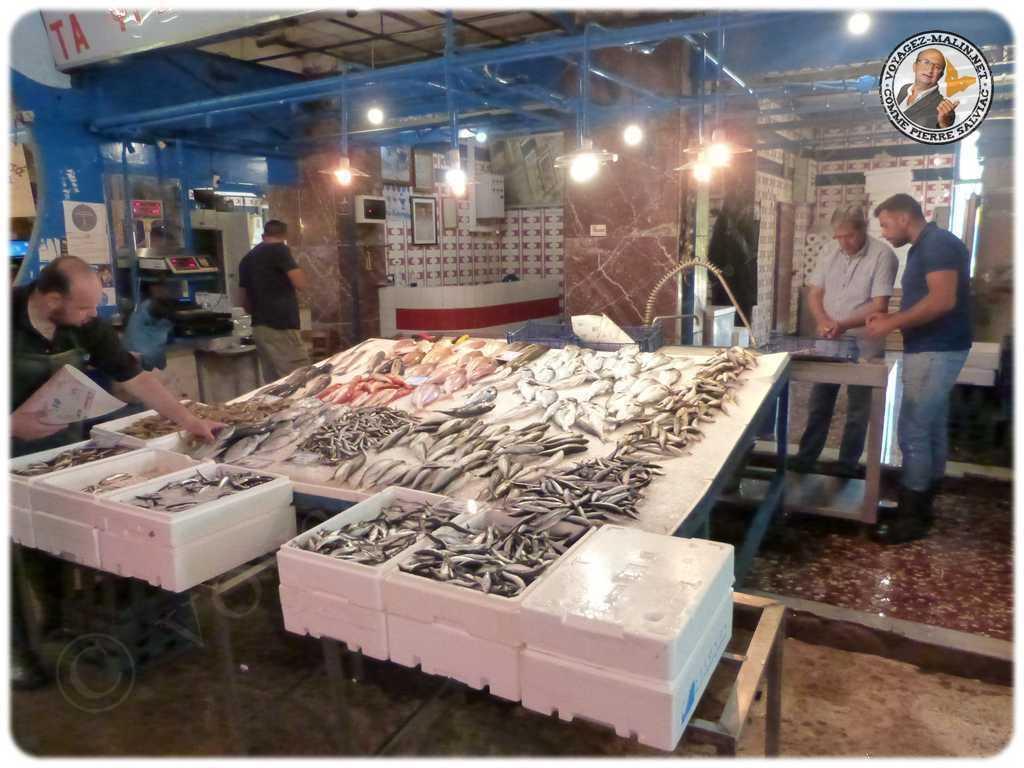 Poissonnier dans le marché 1024x768
